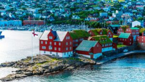 """Tórshavn: Η μικρότερη πρωτεύουσα της Ευρώπης – Ένα πολύχρωμο """"κουκλόσπιτο"""" με """"πράσινες"""" στέγες!"""
