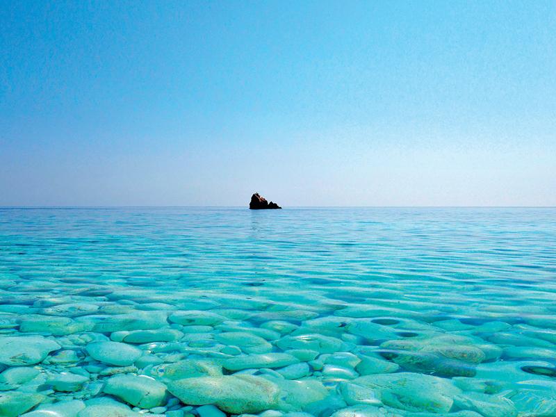 «Φωλιασμένη» ανάμεσα στη Σικελία και την Τυνησία, η Pantelleria είναι ένα από τα λιγότερο τουριστικά θέρετρα της Μεσογείου! Ο βορειοαφρικανικός χαρακτήρας, το ιταλικό ταμπεραμέντο και η μεσογειακή φιλοσοφία της σε συνδυασμό με το υποτροπικό κλίμα και το «'άγριο» ηφαιστειογενές τοπίο την ανακηρύσσουν σε ένα νησί-ησυχαστήριο για λίγους και την προστατεύουν από τις ορδές των τουριστών. Εδώ δεν θα έρθετε για τις παραλίες, αφού το φυσικό τοπίο στην πλειοψηφία είναι βραχώδες, αλλά θα ανακαλύψετε μια μοναδική εμπειρία κάνοντας μπάνιο στις θερμές φυσικές πισίνες αλλά και στη σάουνα στις σπηλιές, που είναι ιδανικές και για snorkelling ή καταδύσεις. Μην παραλείψετε μια βόλτα στην πόλη (νοικιάστε αυτοκίνητο ή ποδήλατο), η οποία ομολογουμένως απέχει από το γραφικό μεσογειακό σκηνικό αφού είναι εμφανείς οι επιρροές της Τυνησίας!   Πώς να πάτε: Από Αθήνα απευθείας για Palermo με Volotea (www.volotea.com) από €181 με επιστροφή. Από το Palermo θα συνεχίσετε με εσωτερική πτήση της Alitalia (www.alitalia.com) για Pantelleria από €138 με επιστροφή (διάρκεια 45΄). Εναλλακτικά από το Palermo θα μεταβείτε στο Trapani με λεωφορείο (από €36 one way, διάρκεια 2 ώρες & 12΄) ή με τρένο (από €11 one way, διάρκεια 3 ώρες & 31΄) και από εκεί θα πάρετε το ferry για Pantelleria (από €24one way, διάρκεια 2 ώρες & 10΄).