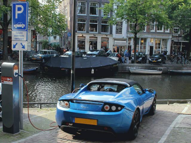 Σημεία φόρτισης για τα ηλεκτρικά αυτοκίνητα στην Ολλάνδία