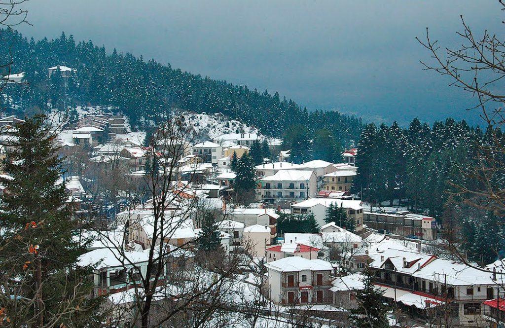 Ελάτη χωριό χιονισμένο