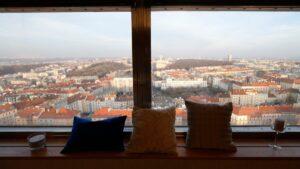 Πράγα: Το ξενοδοχείο με το μοναδικό δωμάτιο – 70 μ. ύψος με μαγευτική θέα στην πόλη και βαθμολογία 9,4! (βίντεο)