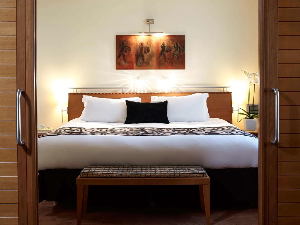 Ταξιδεύεις με το κατοικίδιό σου στην Αθήνα; Αυτά είναι τα μόνα 5άστερα ξενοδοχεία που μπορούν να σας φιλοξενήσουν... και τους δύο!