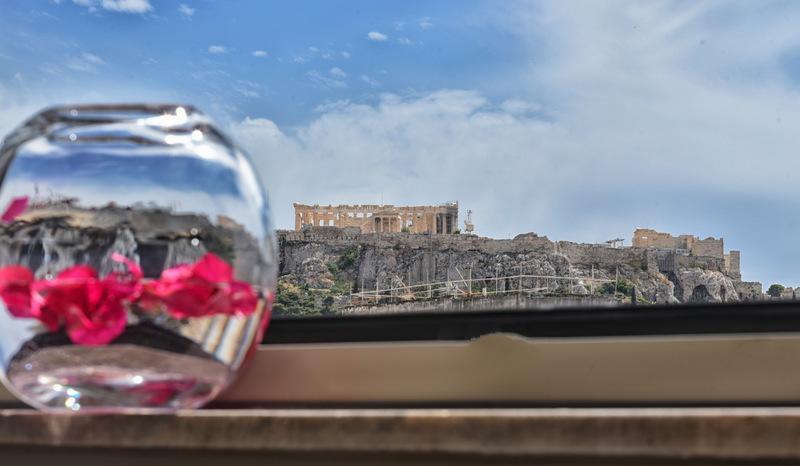 Μπήκαμε πρώτοι στις ολοκαίνουριες σουίτες του Andronis στου Ψυρρή και πάθαμε πλάκα! Στην πιο γραφική γειτονιά της Αθήνας ξεχωρίζουν για το design και τις ανέσεις τους!