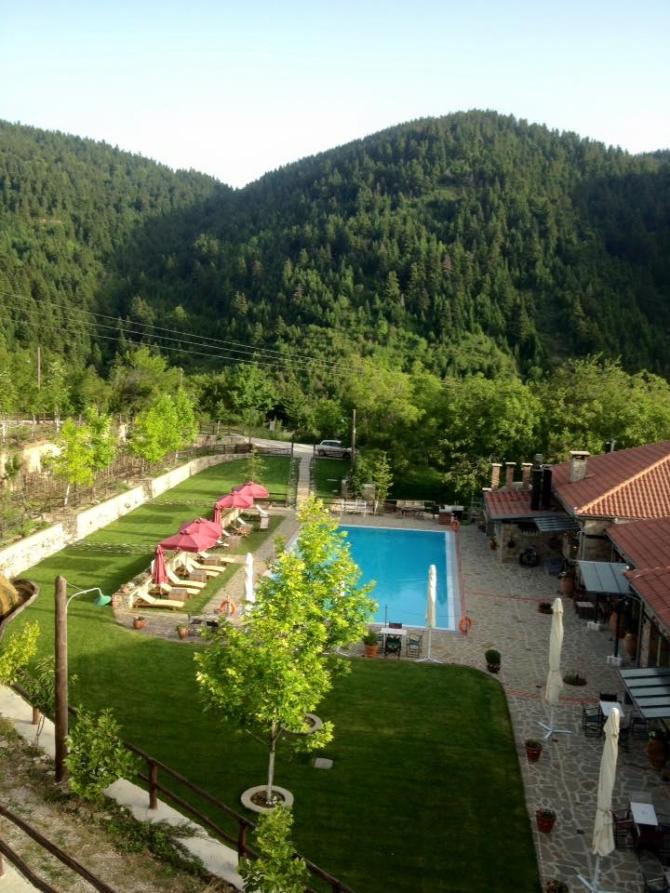 """Κάναμε check in στο μυστικό δασικό """"χωριό"""" της Ελλάδας, μιαν ανάσα από τη Λίμνη Πλαστήρα. Δες γιατί πρέπει να πας τώρα!"""