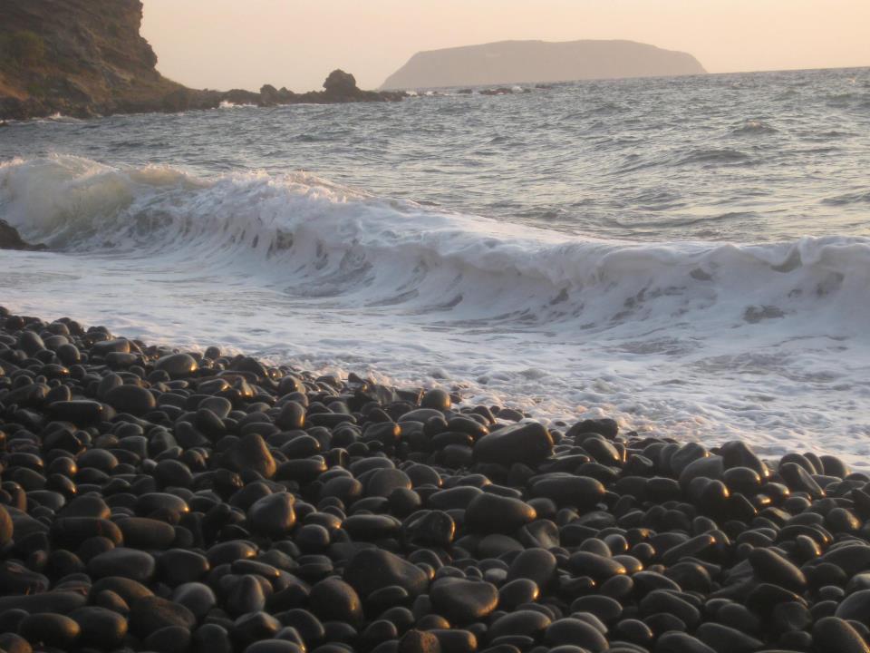 Νίσυρος παραλία με βότσαλα