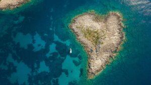 Μεσσηνία: Σας αποκαλύπτουμε το μοναδικό νησί στην Ελλάδα σε σχήμα καρδιάς & κάνουμε μαζί ένα road trip σε μια διαδρομή που θα σας μαγέψει!