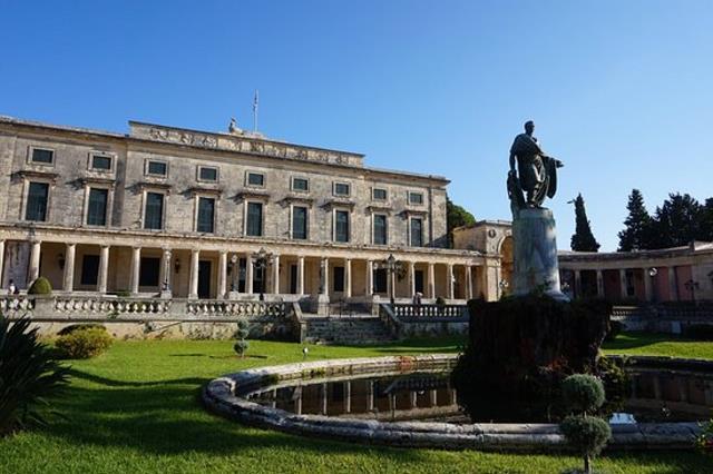 Η μεγαλύτερη πλατεία στα Βαλκάνια βρίσκεται σε ελληνικό νησί!