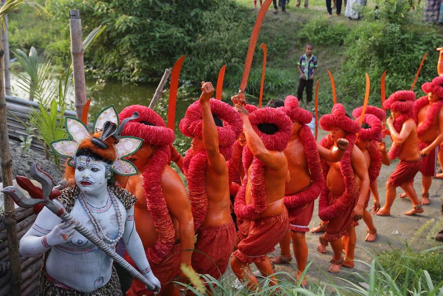 """Οι """"πιστοί"""" του φεστιβάλ παρελαύνουν στην περιοχή Munshigonj της πρωτεύουσας Dhaka."""