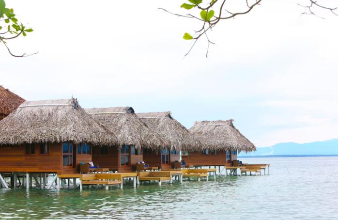 13 Μπανγκαλόου πάνω στη θάλασσα που βγαίνουν απευθείας από τα όνειρά μας! (Photos)