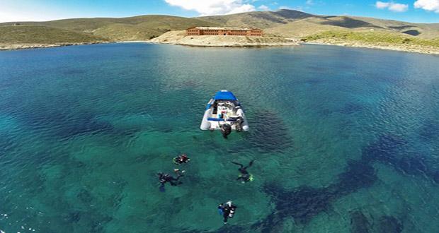 Υπάρχει ένα πανέμορφο νησί στο Αιγαίο, που μπορείτε να επισκέπτεστε μόνο μια φορά το χρόνο! (Photos)