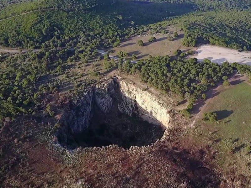 Κρατήρας σε σχήμα καρδιάς, Αθήνα, video