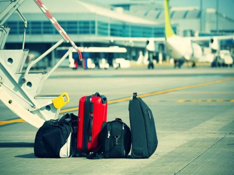 """Τι κρύβουν οι βαλίτσες των τουριστών κάθε εθνικότητας εκτός από ρούχα; Μάθετε τα """"μυστικά"""" των αποσκευών!"""