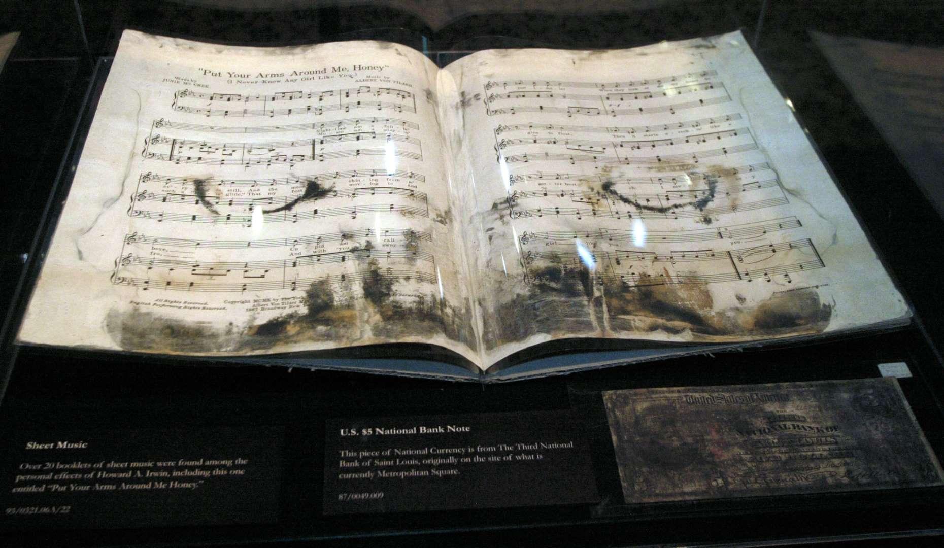 Συγκλονιστικές φωτογραφίες εποχής από τον απόπλου του Τιτανικού, αλλά και από αντικείμενα που διασώθηκαν από το ναυάγιο