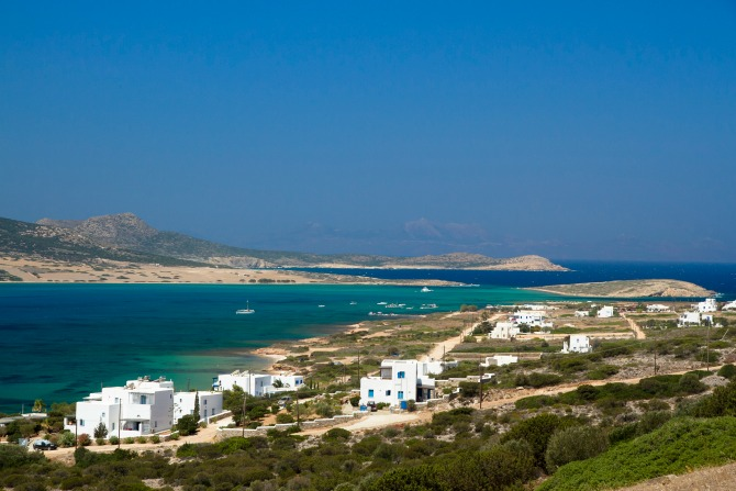 Ξεχάστε όσα ξέρατε για τις Κυκλάδες. Αυτό το νησάκι συνδυάζει ηρεμία, κοσμοπολίτικο αέρα και μαγευτικές παραλίες (Photos)