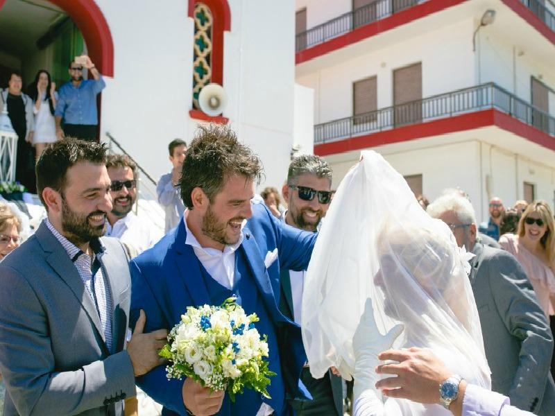 2bfbdfcbd24 Έπος! Σε κρητικό γάμο, ο κουμπάρος πήγε ντυμένος... νύφη! (Photos)