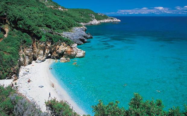 Το απόλυτο must της περιοχής δεν είναι άλλη από την παραλία του  Μυλοπόταμου. Κρυστάλλινα γαλάζια νερά και ένας θεόρατος κάθετος βράχος 0448e6a8bfa
