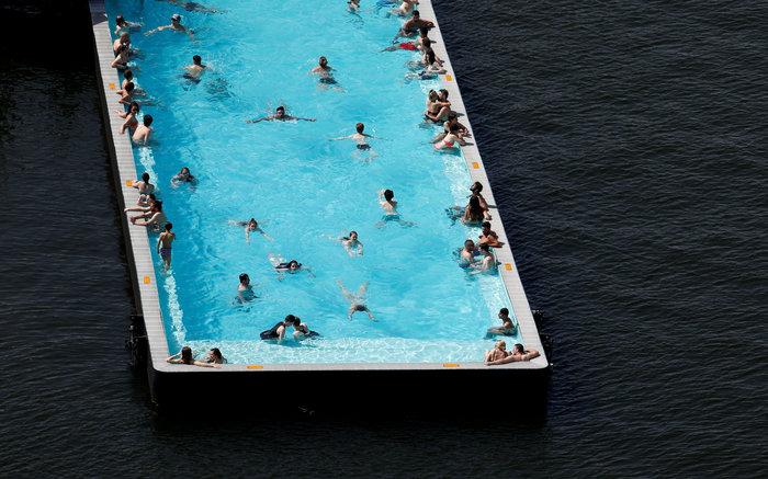 Η πιο περίεργη πισίνα του κόσμου, «κολυμπάει» μέσα σε γερμανικό ποτάμι (Photos)
