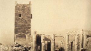 Κι όμως, αυτή η φωτογραφία του 19ου αιώνα είναι από την Ακρόπολη – Ποιος είναι ο πύργος που δεν υπάρχει σήμερα;