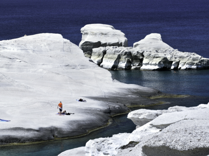 Μήλος παραλία με λευκά βράχια