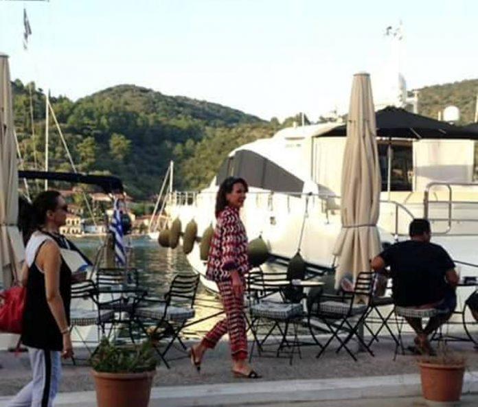 """Οι διακοπές """"του Μίδα"""" :Η Γιάννα Αγγελοπούλου απολαμβάνει το τεράστιο πούρο της στις διακοπές «υπερπαραγωγή» που κάνει στο Ιόνιο!(photos)"""