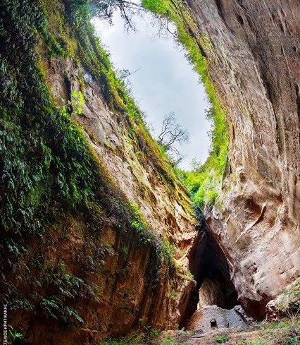 """Μοναδικό θέαμα!Η ελληνική μονή που είναι """"σφηνωμένη"""" ανάμεσα σε 2 φαράγγια!Σε ποιο σημείο της Ελλάδας βρίσκεται;"""