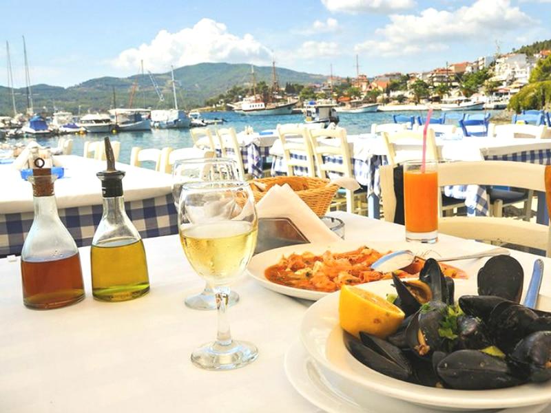 Αυτά είναι τα φαγητά που δεν πρέπει να τρώτε στα τουριστικά μέρη!