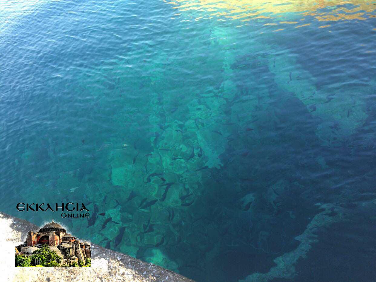Προκαλεί ερωτήματα: Η φωτογραφία του μοναχού που εμφανίστηκε μέσα στη θάλασσα στο Άγιο Όρος σύμφωνα με την Ελληνική εκκλησία!