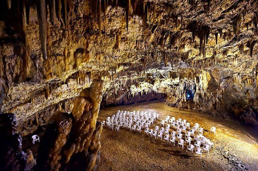 Ιταλική εφημερίδα 'La Stampa': Είναι  το πιο μυστηριώδες σπήλαιο στην Ελλάδα!Γίνονται συναυλίες 60 μέτρα κάτω από τη γη!Που βρίσκεται;(photos)