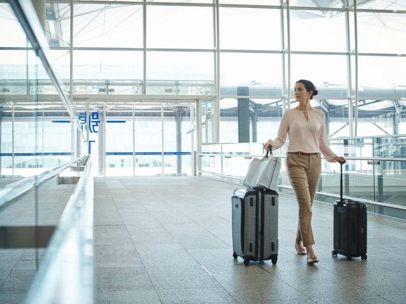 """Travel tips: Πώς να χωρέσεις μια """"ντουλάπα""""… σε μια βαλίτσα!"""