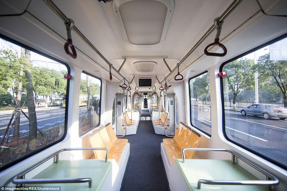 Το πρώτο τρένο που λειτουργεί χωρίς ράγες άνοιξε τις πόρτες του