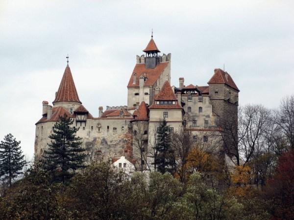 Το κάστρο είχε αρχικά χτιστεί από ιππότες ως οχυρό αλλά τον 15ο αιώνα  πέρασε στην κατοχή του πρίγκιπα Βλαντ Τσέπες. Το 1947 τo κομμουνιστικό  καθεστώς ... 4a7acc6099f