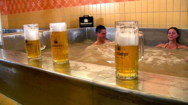 Απίστευτο: Το θέρετρο που έχει πισίνες γεμάτες μπύρα!