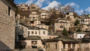 Βόλτα στις… αετοφωλιές της Ηπείρου: δύο γραφικά χωριά της στους πρόποδες του βουνού