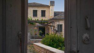 """Ζαγόρι: Ο Τάσος Δούσης ανακαλύπτει έναν παραδοσιακό ξενώνα 200 ετών με βαθμολογία 9,6 – Ένα """"διαμάντι"""" της Ηπείρου!"""