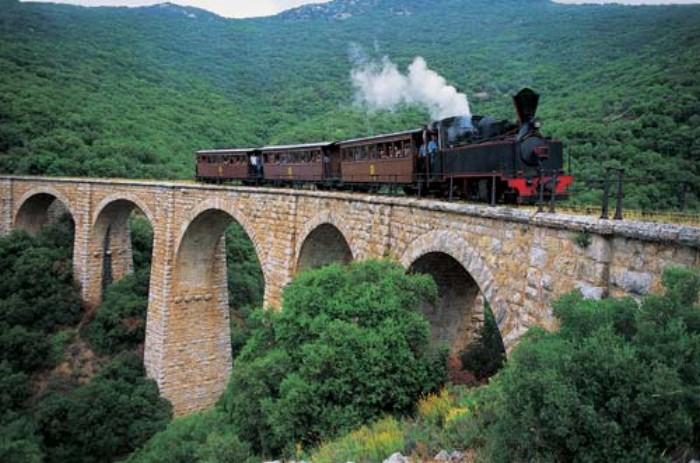 Παγκόσμια μοναδικότητα: Η πιο στενή σιδηροδρομική γραμμή στον κόσμο βρίσκεται στην Ελλάδα!