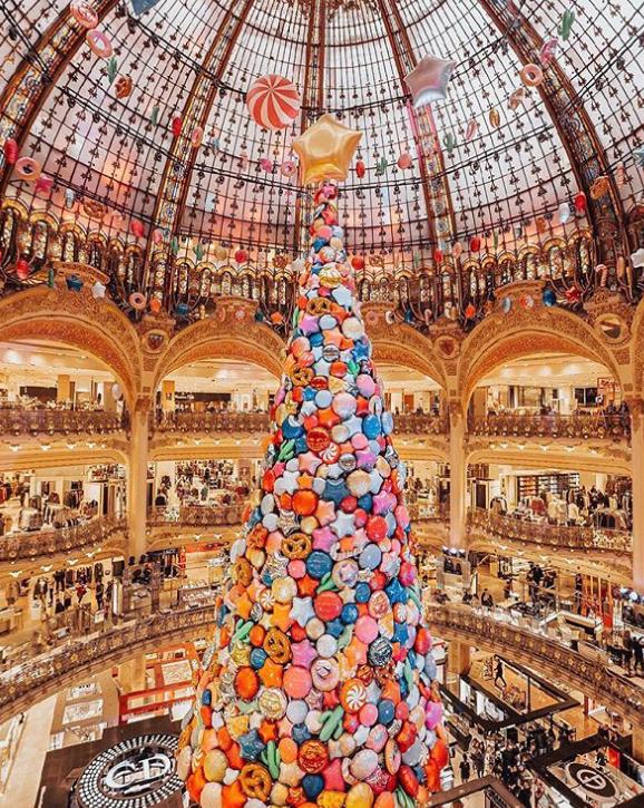 Η Vogue διάλεξε τις αγαπημένες της χριστουγεννιάτικες διακοσμήσεις! Μόδα, ανάποδα δέντρα και ζαχαρωτά!