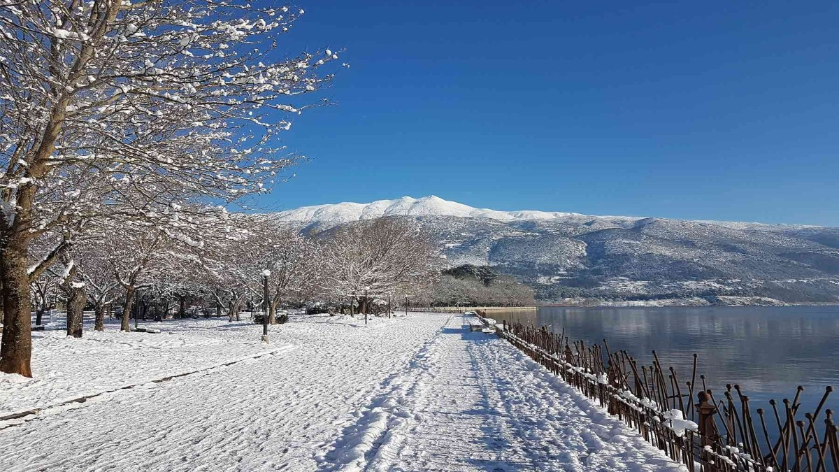 Ιωάννινα χειμερινός προορισμός χιόνια δίπλα στη λίμνη
