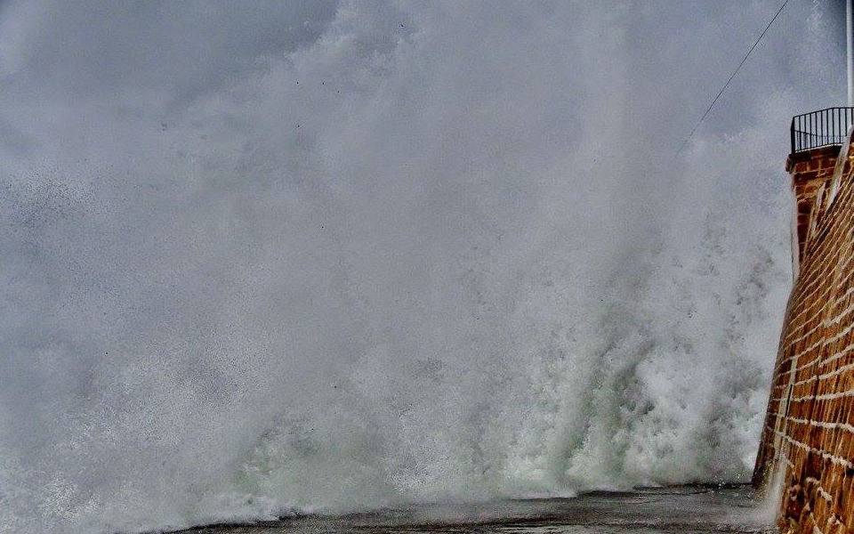 Συγκλονιστικές εικόνες: Τα κύματα «σκέπασαν» το Ενετικό λιμάνι των Χανίων