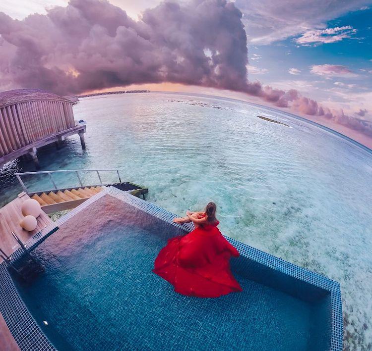 """Ταξιδιωτική φωτογράφος """"αιχμαλωτίζει""""στα φωτογραφικά της κλικ τη μόδα σε αντίθεση με εκπληκτικά τοπία"""
