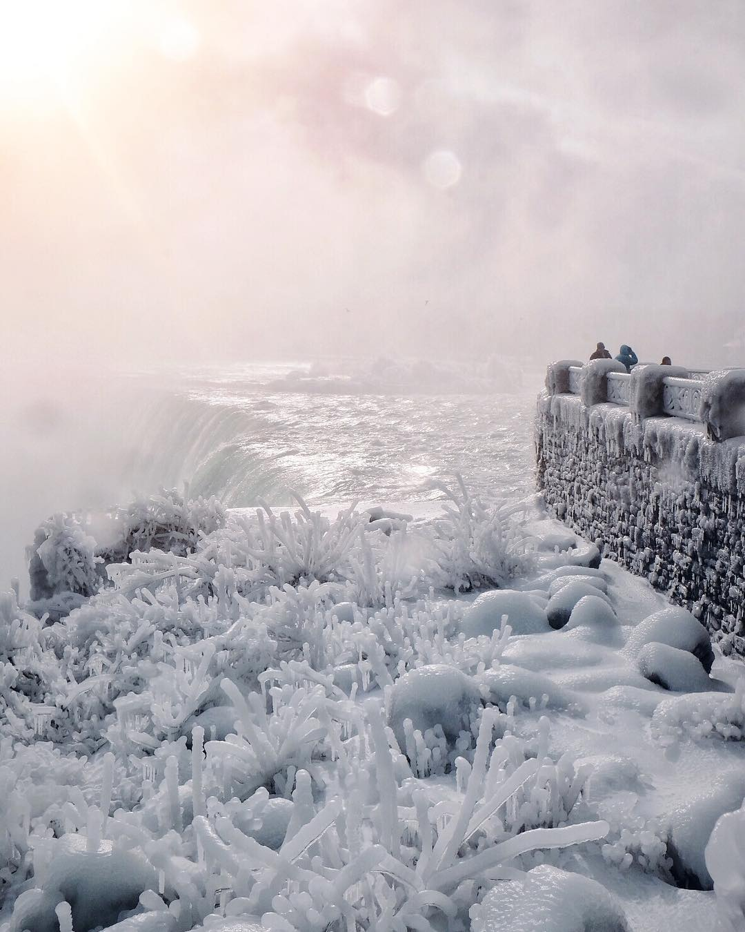 Μαγικό σκηνικό: Πάγωσαν οι καταρράκτες του Νιαγάρα! Φωτό+Βίντεο