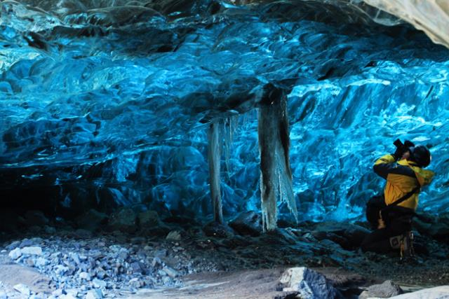 Ένα σπήλαιο πάγου στην Ισλανδία