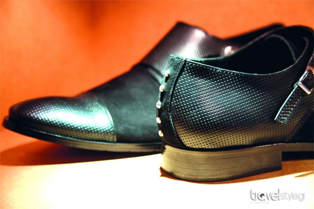 b20a223f8e0 Ανεβάζει το χειροποίητο παπούτσι… ένα επίπεδο πιο πάνω, και είναι ένας νέος  άνθρωπος, µε άποψη και ταλέντο. Ο Kwnstantinos δηµιουργεί µοναδικά ανδρικά  ...