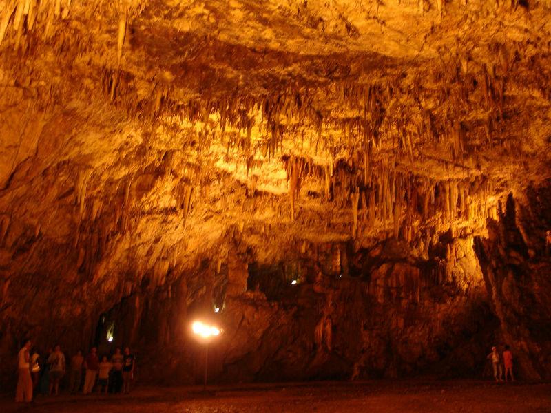 Σε αυτό το σπήλαιο στην Κεφαλλονιά γίνονται συναυλίες 60 μέτρα κάτω από τη γη! Απίστευτο; Και όμως!