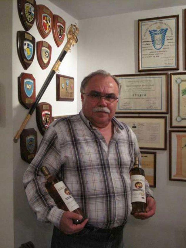 Αργύρης Ταραμονλής: Λαρισαίος σμήναρχος εν αποστρατεία φτιάχνει ελληνικό ουίσκι και βάζει τα γυαλιά στους Σκωτσέζους