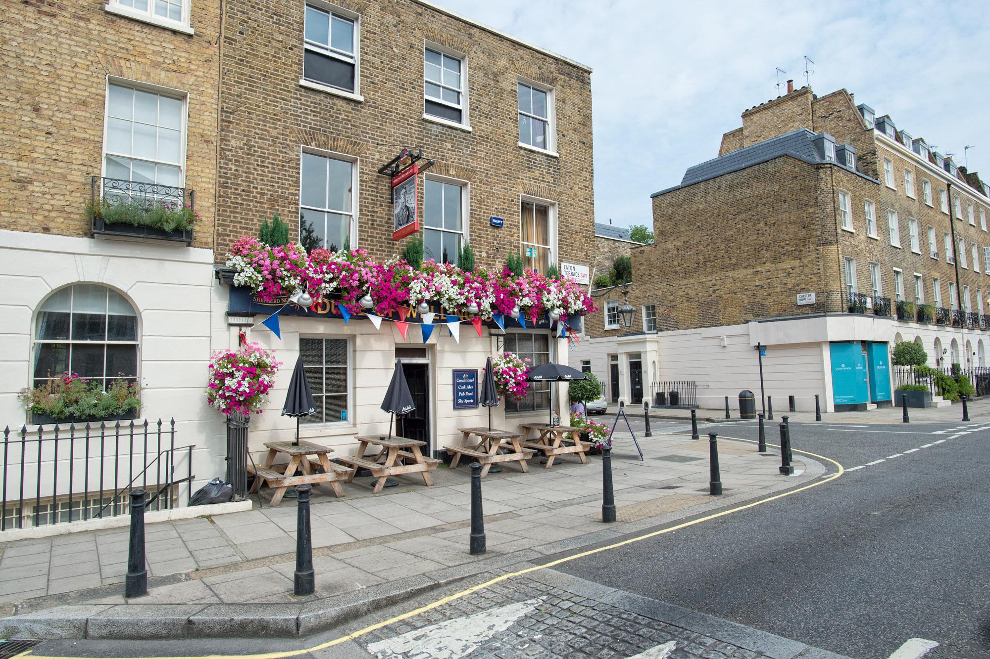 Ο ωραιότερος δρόμος στο Λονδίνο!  Κλασική αρχιτεκτονική, κατάλευκες και πολύχρωμες κατοικίες και πετρόκτιστες εκκλησίες