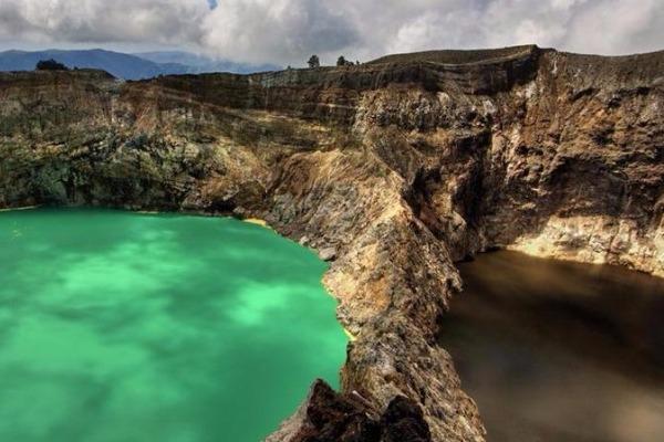 Ένα θαύμα της φύσης! Το ηφαίστειο με τις μοναδικές δίχρωμες λίμνες στον κόσμο