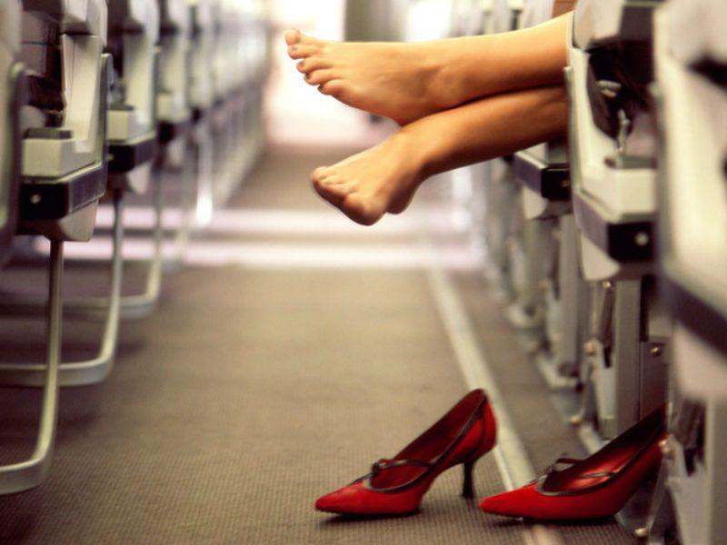 Βγάζεις τα παπούτσια σου στο αεροπλάνο; Αυτός είναι ο σοβαρός λόγος που πρέπει να το σταματήσεις