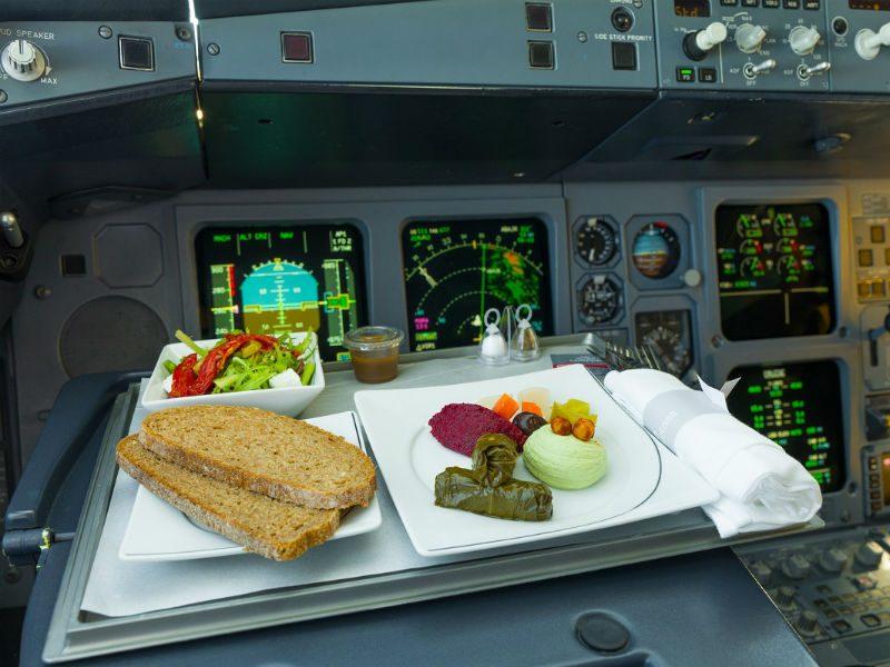 Γιατί οι πιλότοι δεν τρώνε το ίδιο φαγητό με τους επιβάτες;