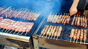 Τσικνοπέμπτη:  Τι γιορτάζουμε & γιατί παραδοσιακά σήμερα ψήνουμε κρέας στη σχάρα