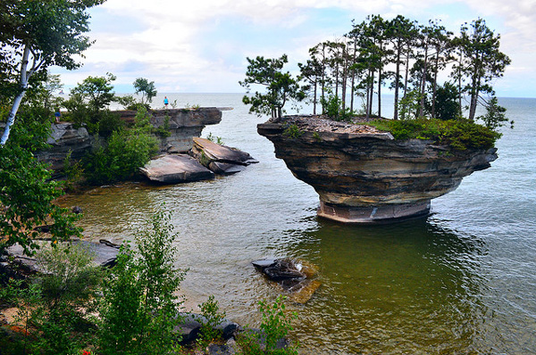 Turnip Rock: Ένας «μοναχικός» βράχος στη λίμνη! Υπάρχει από την εποχή των παγετώνων!